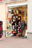 有帽子的一家商店在Arbat 库存图片