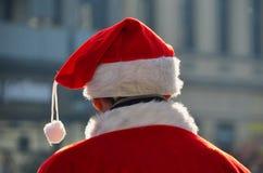 有帽子的圣诞老人后面 图库摄影