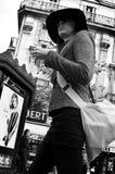 有帽子的妇女在街道 免版税库存照片