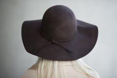有帽子的少妇从behinde 免版税库存图片