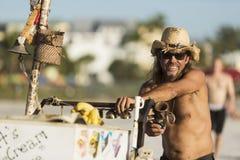 有帽子的微笑的冰淇凌推销员在迈尔斯堡海滩,佛罗里达 在面孔的选择聚焦 库存图片