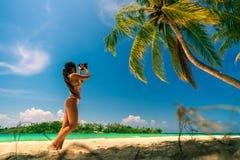 有帽子的性感的比基尼泳装女孩享受暑假在热带海滩 旅行和生活方式概念 免版税库存照片