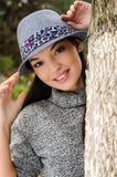 有帽子的性感的年轻深色的女孩。 免版税图库摄影