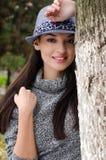 有帽子的性感的年轻深色的女孩。 免版税库存照片