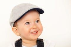 有帽子的愉快的男婴 库存图片