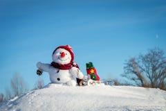 有帽子的愉快的雪人 库存图片