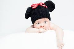 有帽子的新出生的婴孩在说谎在毯子的头 免版税图库摄影