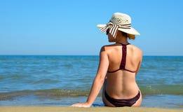 有帽子的白种人女孩在海滩 库存图片