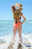 有帽子的白种人女孩在海滩 库存照片