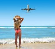 有帽子的白种人女孩在海滩 免版税库存图片