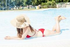 有帽子的年轻美丽的妇女在hydromassage放松 库存图片