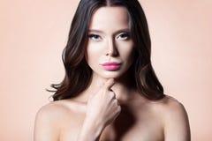 有干净的完善的皮肤特写镜头的年轻美丽的妇女 免版税图库摄影