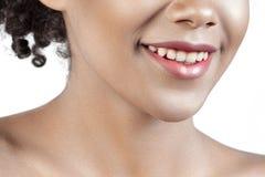 有干净的完善的皮肤特写镜头的微笑的年轻美丽的女孩 库存图片