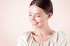 有干净的完善的皮肤特写镜头的微笑的美丽的妇女 库存图片