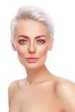 有干净的新构成的美丽的白肤金发的妇女 免版税库存图片