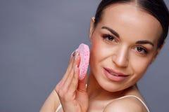 有干净的新皮肤接触的美丽的少妇拥有面孔 Woma 免版税库存照片