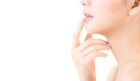 有干净的新鲜的皮肤接触嘴唇的秀丽亚裔少妇 库存照片