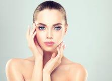 有干净的新鲜的皮肤的妇女和软,精美组成 库存照片