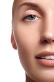 有干净的新鲜的皮肤的笑的美丽的妇女在白色背景 秀丽查出的纵向白色 妇女微笑 完善的新鲜的皮肤 库存图片