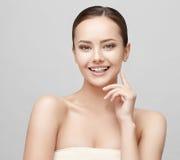 有干净的新鲜的皮肤的美丽的妇女 图库摄影