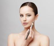 有干净的新鲜的皮肤的美丽的妇女 免版税图库摄影