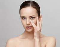 有干净的新鲜的皮肤的美丽的妇女 库存照片