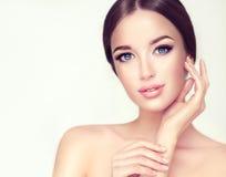 有干净的新鲜的皮肤的美丽的少妇 化妆用品和整容术 库存图片