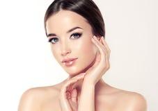 有干净的新鲜的皮肤的美丽的少妇 化妆用品和整容术 免版税库存图片