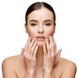 有干净的新鲜的皮肤的美丽的少妇 免版税图库摄影