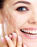 有干净的新鲜的皮肤的年轻愉快的女性 免版税库存图片