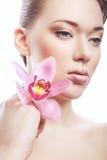 有干净的皮肤和花的健康妇女 库存照片