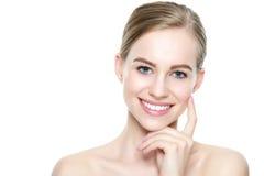有干净的皮肤的美丽的年轻白肤金发的微笑的妇女,自然构成和完善白色牙 图库摄影