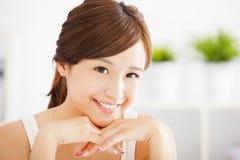 有干净的皮肤的年轻可爱的妇女 免版税库存图片