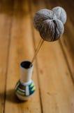 有干植物的一个花瓶在木地板上 免版税库存照片