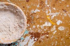 有干油灰的一个碗在硬质纤维板 库存照片