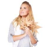 有干燥叶子的梦想的女孩 库存照片