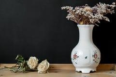 有干燥花的白色匈牙利人海伦德瓷花瓶 免版税库存图片