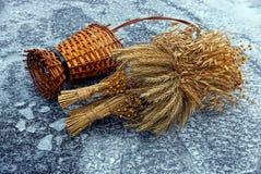 有干燥麦子花束的老木花瓶在冰和雪 库存图片