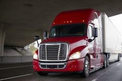 有干燥van的驾驶在的trailer明亮的红色大半船具卡车喂 库存图片