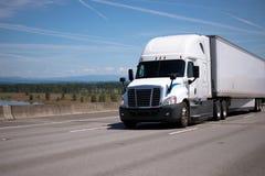 有干燥van的继续前进宽str的trailer大半船具白色卡车 免版税库存照片