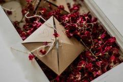 有干红色花的葡萄酒箱子在一张白色床上 概念乡愁和记忆葡萄酒背景 免版税库存图片