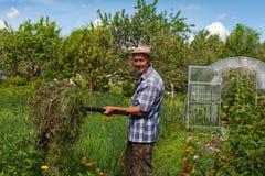 有干草叉的一位老农夫 免版税库存照片