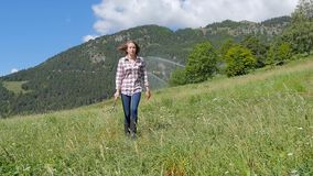 有干草叉的美丽的农场女孩 股票视频