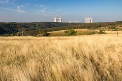 有干草和核电站的夏天草甸 免版税库存照片