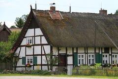 有干草屋顶的德国房子 免版税图库摄影
