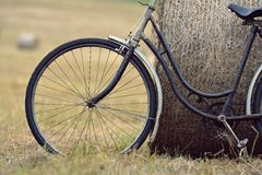 有干草捆的老自行车有减速火箭的作用的 图库摄影