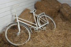 有干草捆的老自行车有减速火箭的作用的 免版税库存照片