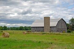 有干草捆的老谷仓 免版税图库摄影