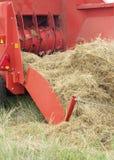 有干草的拖拉机 图库摄影