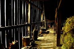 有干草的老时尚谷仓和骑马适应 库存照片